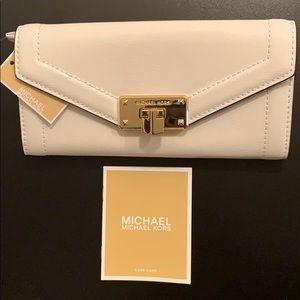NEW Micheal Kors Kinsley Carryall Leather Wallet